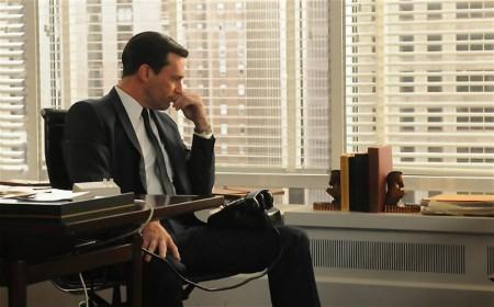 Homens paranoicos com acusações de assédio sexual, criam um ambiente tóxico no trabalho.